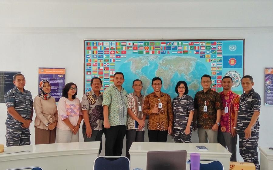 [:en]Penjajakan MoU UBL dengan TNI AL di bidang Tri Dharma Perguruan Tinggi sekaligus mengajak tur laboratorium di lingkungan UBL[:]