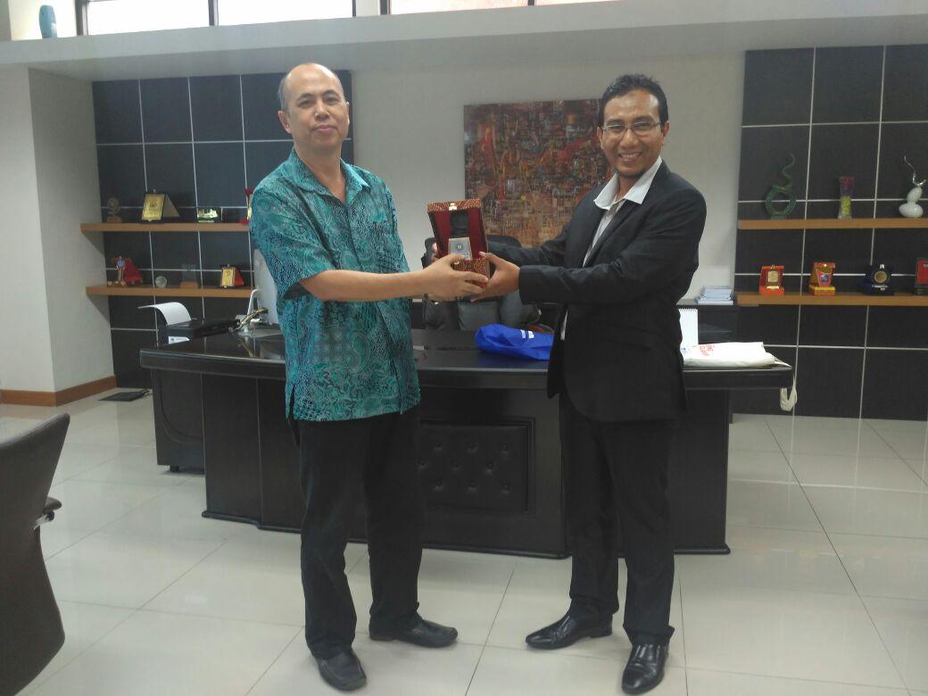 [:en]ekan FISIP Universitas Budi Luhur bertukar cinderamata dengan Dekan FISIP Universitas Islam Negeri (UIN) Jakarta[:ID]Dekan FISIP Universitas Budi Luhur bertukar cinderamata dengan Dekan FISIP Universitas Islam Negeri (UIN) Jakarta[:]