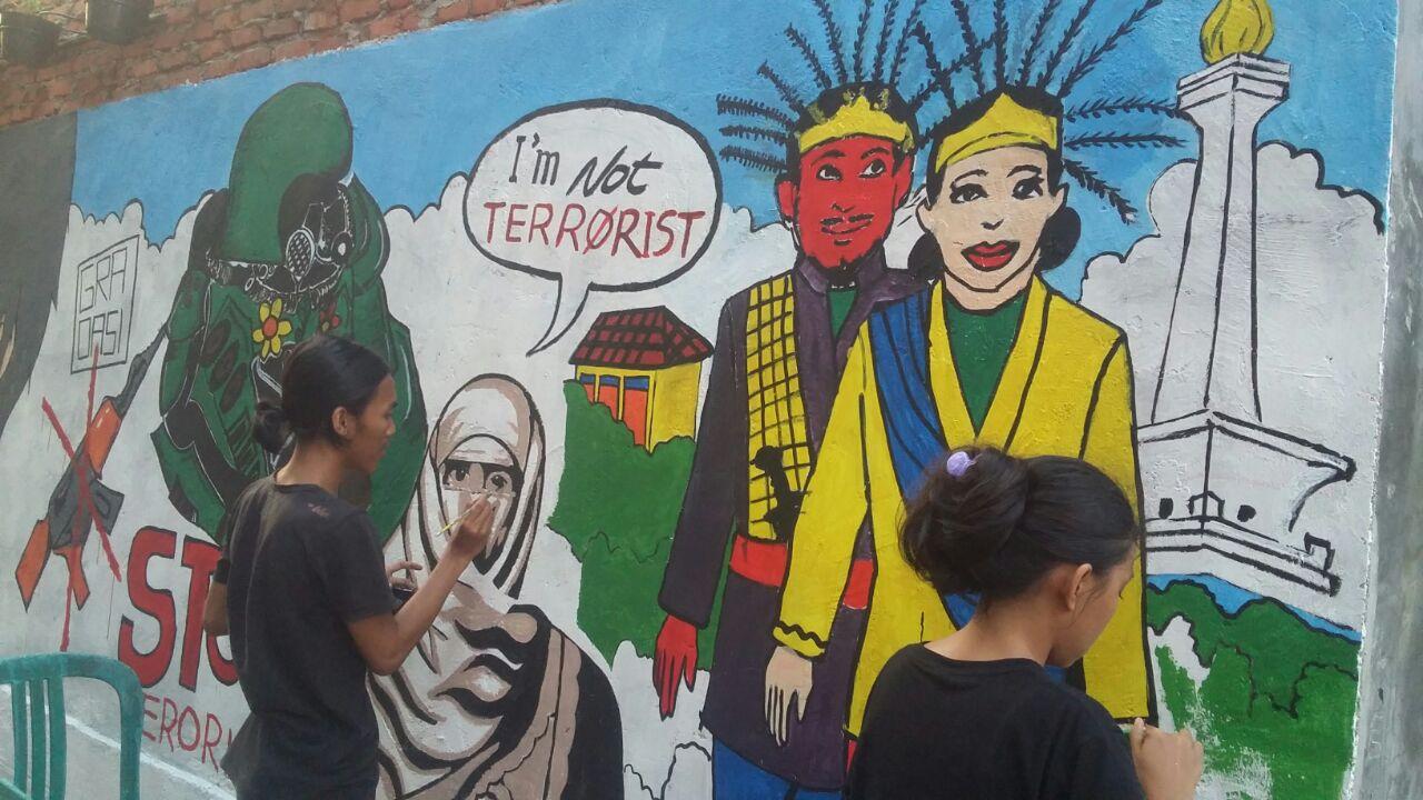 Cegah Kejahatan, Kriminologi Budi Luhur Sapa Warga Kedoya Utara dengan Mural