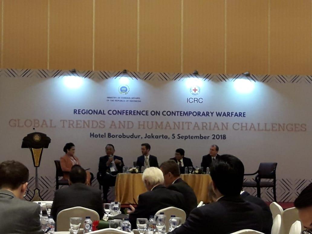 """Dosen Hubungan Internasional (Tulus Yuniasih, M.Soc.Sc. dan Rizky Ihsan, M.Si.) bersama 8 orang Mahasiswa HI dari berbagai angkatan menghadiri Regional Conference on Contemporary Warfare: """"Global Trend and Humanitarian Challenges"""""""
